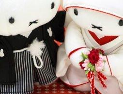 美しい白無垢と紋付袴の姿で向き合っているのは…ミッフィー!