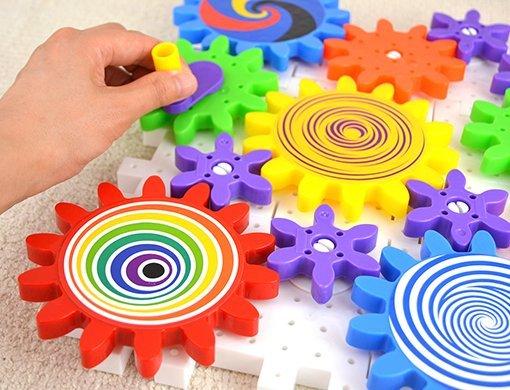 【入園・入学・進級フェア】うまく噛み合わせると、全てのギアが動き出す!興奮のおもちゃ「カラフルギアー」
