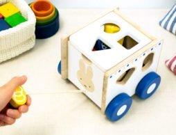 大好きなおもちゃを引いて歩いて遊べる「ディック・ブルーナ おさんぽパズルカー」