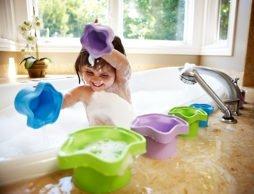 外遊びのススメ!(2)   お勉強にもなっちゃう「スタッキングカップ」で思いっきり水遊び!