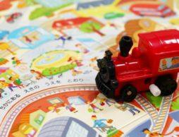 本の上をおもちゃが走る!『ワインドアップでゴー! せんろはつづくよ』