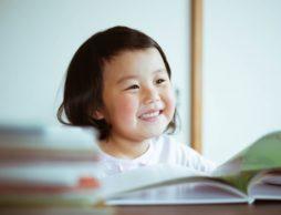 小学生の夏休みの読書感想文に関する調査では、ママが「本選び」から手伝う!?