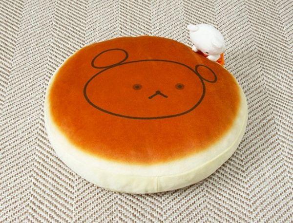 ふっくらと焼けたホットケーキ…絵本『しろくまちゃんのほっとけーき』が小さな可愛いクッションに!
